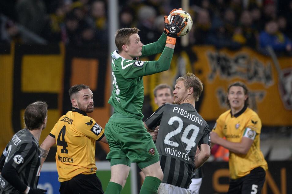 Bei Dynamo wurde das Torwart-Talent aus dem eigenen Nachwuchs gezielt aufgebaut, gab schon mit 17 Jahren sein Debüt in der 3. Liga. Zur Saison 2018/19 wurde er die Nummer eins in der 2. Bundesliga - und verabschiedete sich nach dem Jahr und insgesamt 43 P
