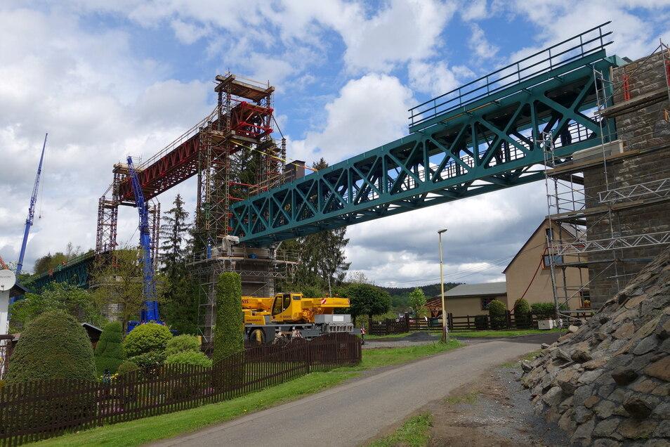 Auf der Gegenseite ist bereits ein neues Brückenteil installiert.