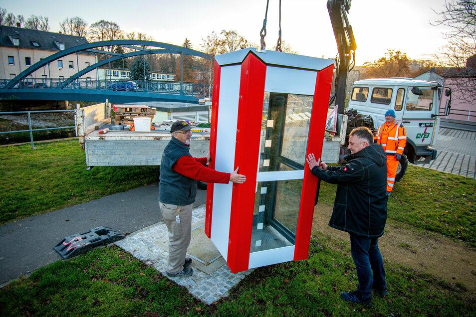 Am Mulderadweg in Roßwein können sich Radfahrer und Wanderer in Zukunft über die Stadt informierten. Für diesen Zweck wurde eine Telefonzelle umgebaut, die Enrico Korth, André Burghardt und Hermann Richter (von links) am Freitag aufgebaut haben.