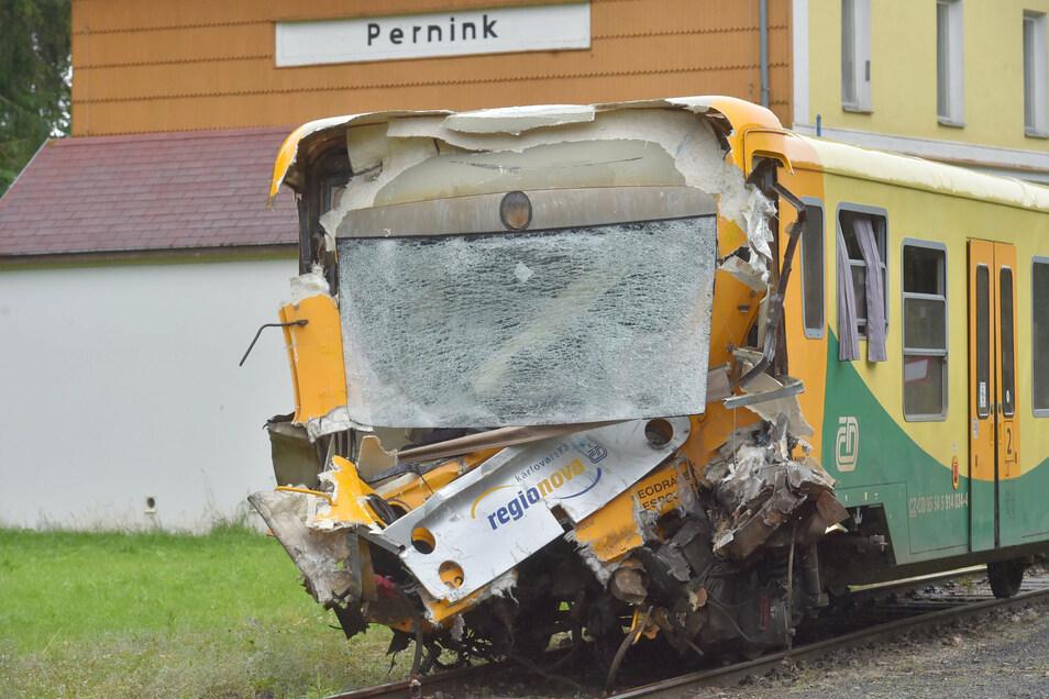 Die Front eines Zuges ist zertrümmert.
