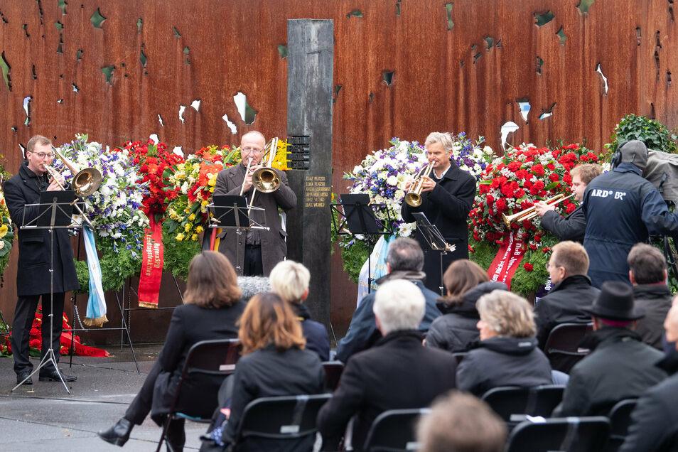 Musiker spielen auf der Gedenkfeier zum 40. Jahrestag des rechtsterroristischen Attentats auf das Oktoberfest an der Theresienwiese.
