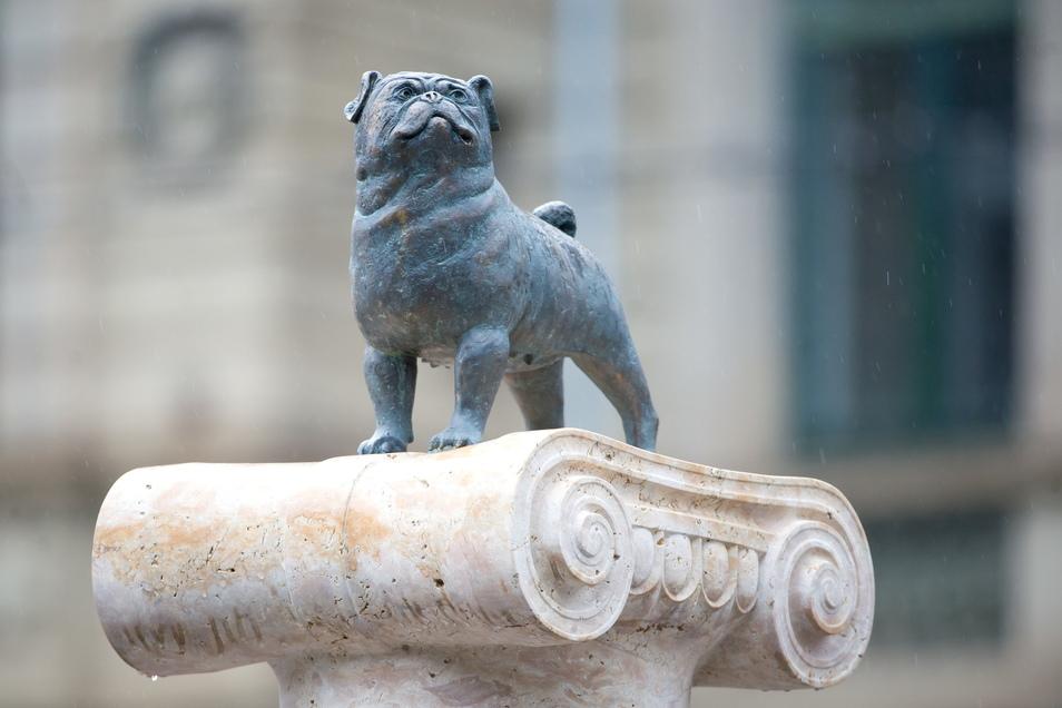 """""""Ein Leben ohne Möpse ist möglich, aber sinnlos."""" Der Lieblingshund des Komikers auf einem Loriot-Denkmal in Stuttgart."""