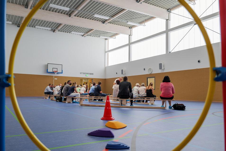 Mit vielen Ehrengästen, aber ohne Sportler wurde am Montag die Sporthalle in Schieritz offiziell übergeben.