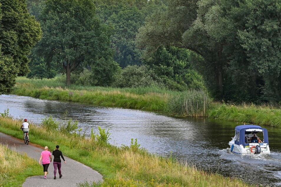 Brandenburg, Krewelin: Ein Sportboot ist auf der künstlichen Wasserstraße Voßkanal im Naturschutzgebiet Schnelle Havel unterwegs. Der Voßkanal liegt in unmittelbarer Nähe zur Havel. Der Urlaub im eigenen Land liegt bei den Deutschen auch langfristig im Tr