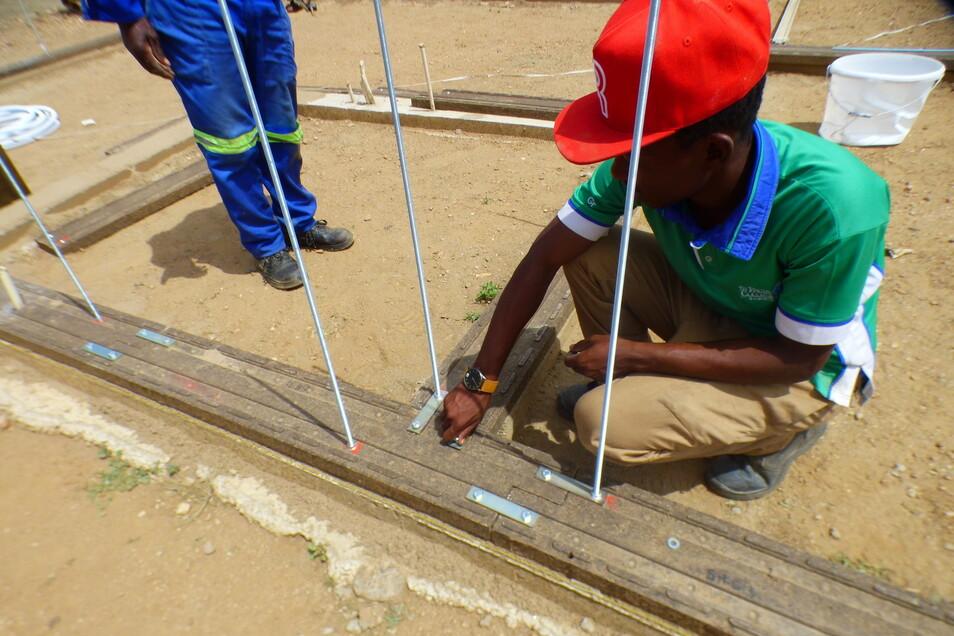 Der Thüringer Unternehmer Gerhard Dust hat ein System entwickelt, um vorgeformte Bausteine aus Sand oder Schutt zu gießen. Polyesterharz wird als Bindemittel verwendet, um aus Sand oder Schutt Polymerbeton herzustellen.