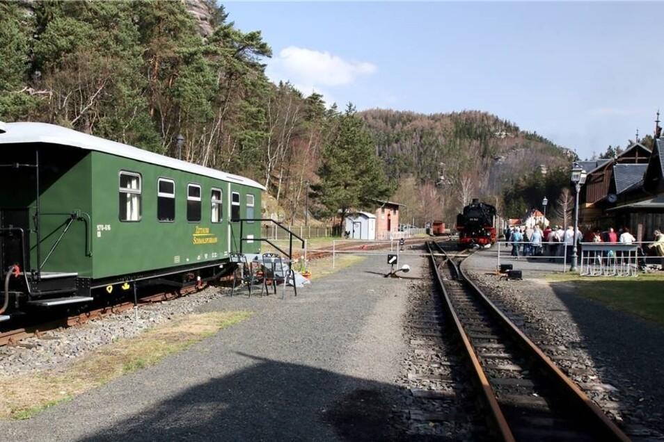 Gäste in den beiden Ferienwaggons der Soeg, die auf dem Bahnhof Oybin stehen, erleben das Treiben auf dem Bahnhof hautnah mit.