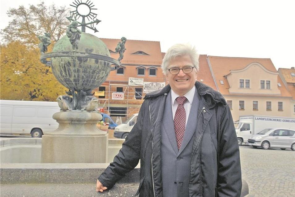 """Ist er der Retter des Görlitzer Kaufhauses? Jedenfalls gehört es ihm seit Freitag: Professor Winfried Stöcker auf dem Bernstädter Marktplatz vor dem """"Braunen Hirsch"""", den seine Stöcker Hotel GmbH momentan saniert."""
