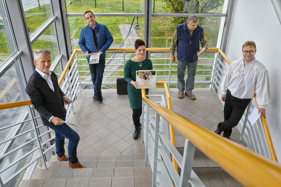 Die Bürgermeister Kati Wenzel, Andreas Förster (links), Tobias Steiner (hinten links) und Günther Ohmann mit den Urkunden und SZ-Regionalchef Thomas Mielke (rechts) - natürlich mit genügend Abstand.