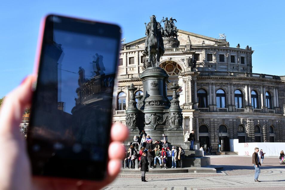 Ein schon fast ungewohntes Bild: Touristen vor der Dresdner Semperoper.