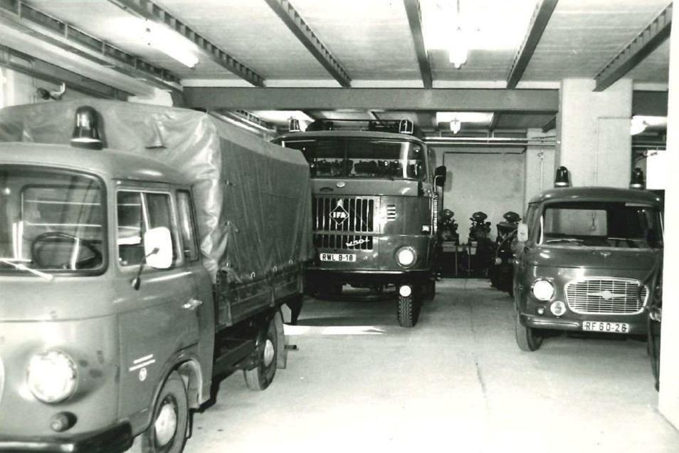 Ein historischer Blick in die Fahrzeughalle mit Barkas und W 50 ...