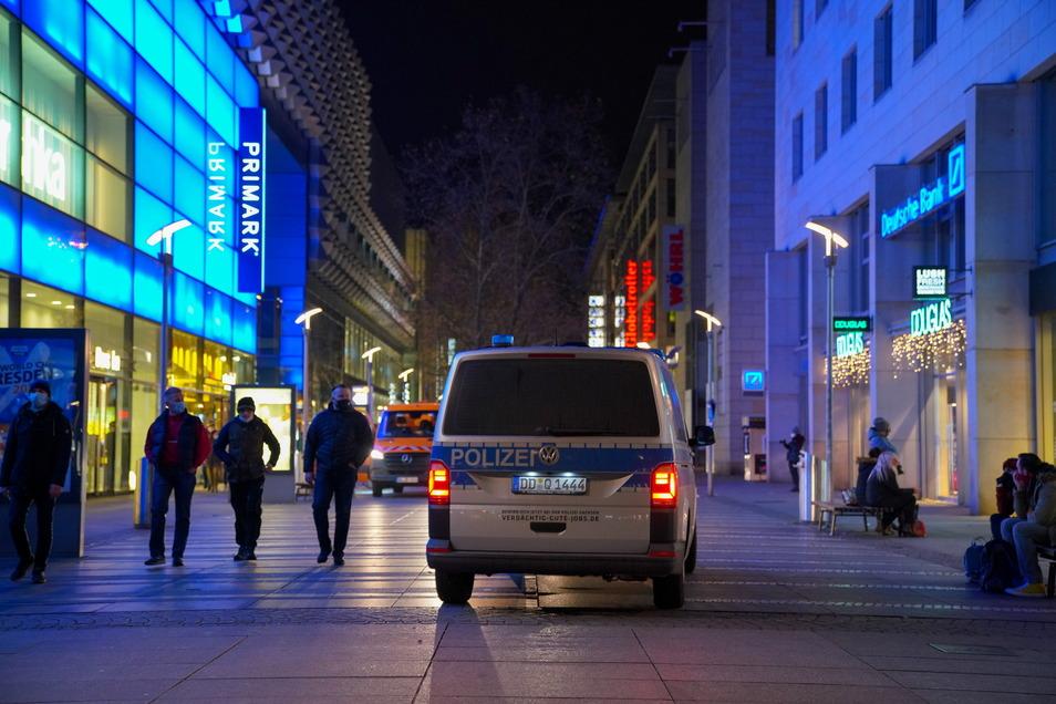 Eine Polizei-Streife in Dresden überwacht während des Lockdowns die Einhaltung der Corona-Bestimmungen. Die Pandemie hat den Gerichten viel Arbeit beschert.