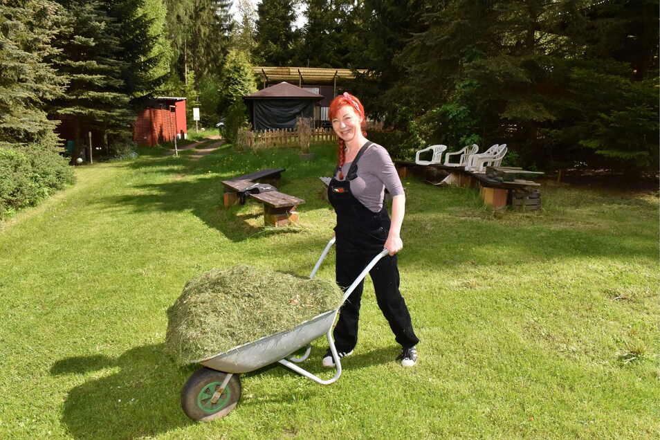 """""""Hier ist meine Seelentankstelle."""" Dauercamperin Claudia Mihàly-Anastasio bei der Gartenarbeit am Grillplatz von """"Schneise 1""""."""
