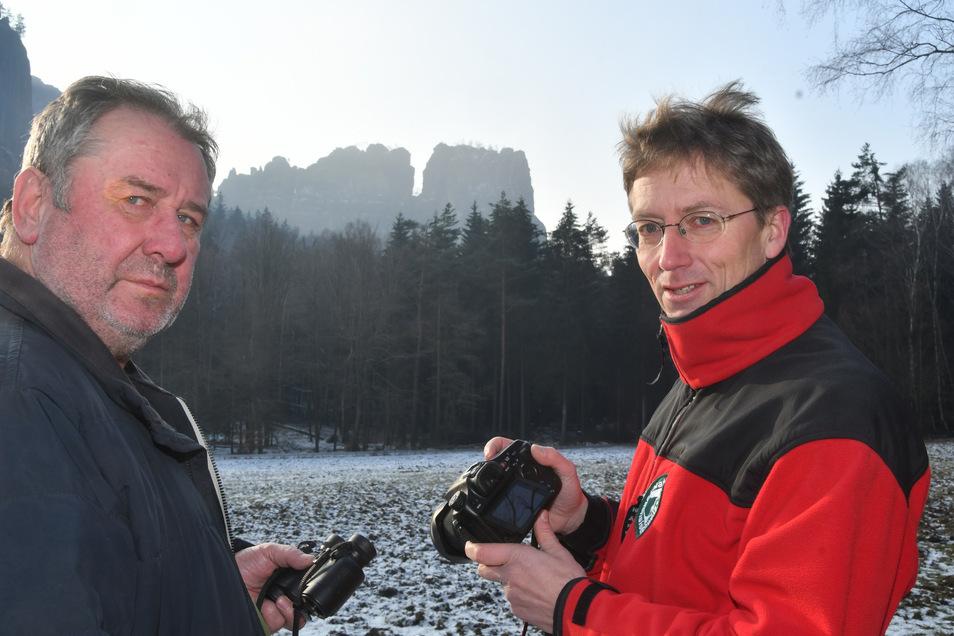 Artenschützer Ulrich Augst (l.) und Nationalparksprecher Hanspeter Mayr vor dem Hohen Torstein im Schrammsteingebiet. Der Fels zählt zu den 24 Brutrevieren des Wanderfalken in der Sächsischen Schweiz.