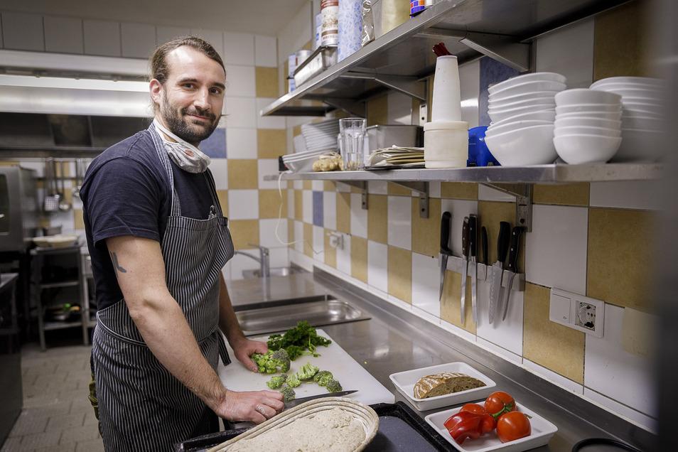 Jörg Daubner steht in seiner Küche in der Obermühle. Rund 80 Portionen lässt er täglich ausliefern.