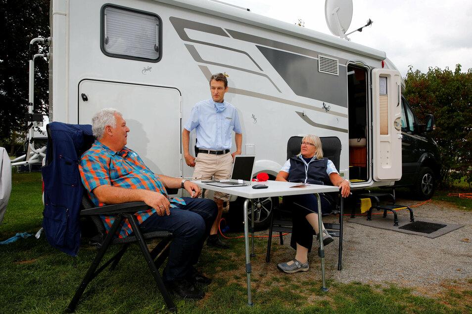 Jürgen und Iris Wiedelmann aus dem Ruhrgebiet genießen ihren Urlaub auf dem Campingplatz Lux-Oase in Kleinröhrsdorf. Betreiber Thomas Lux (Mitte) ist trotz des corona-bedingt verspäteten Starts zufrieden mit der Saison.