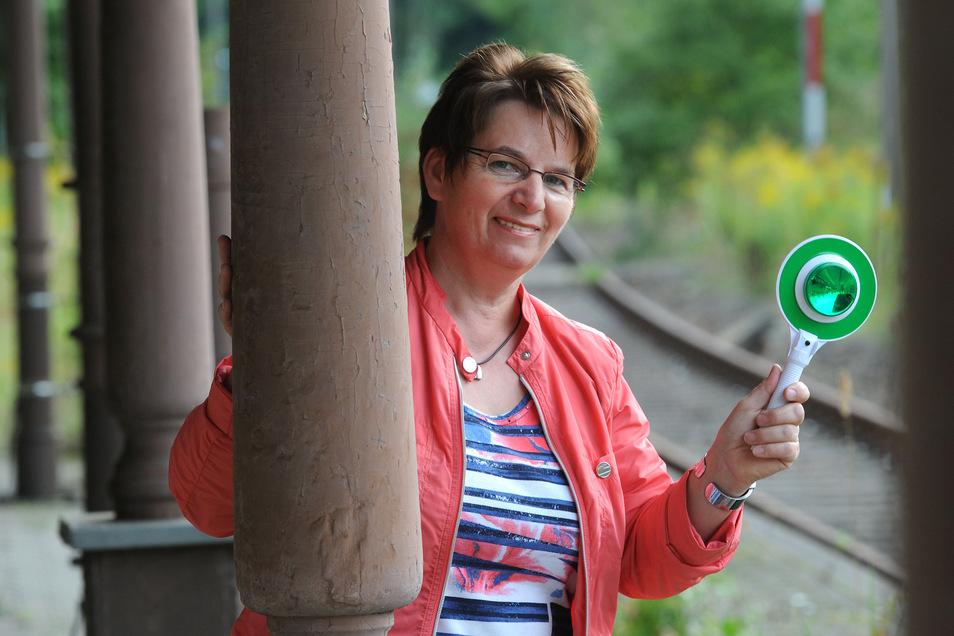 Karin Berndt, Bürgermeisterin von Seifhennersdorf, wünscht sich, dass bald wieder Züge an den Bahnhof kommen.