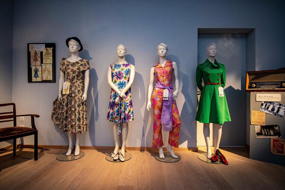Vier Schaufensterpuppen tragen Kleidungsstücke, die in der Firma Max Schade in Waldheim hergestellt worden sind.