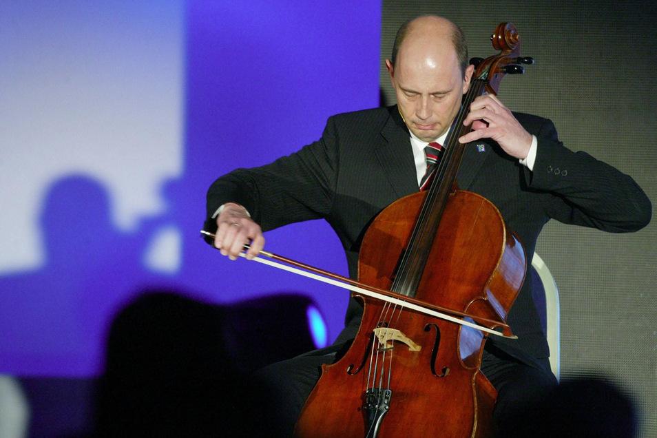 """Leipzigs Bürgermeister Wolfgang Tiefensee spielt bei der Präsentation """"Dona nobis pacem"""", eigentlich einen Kanon, der im Herbst 1989 oft gesungen wurde."""