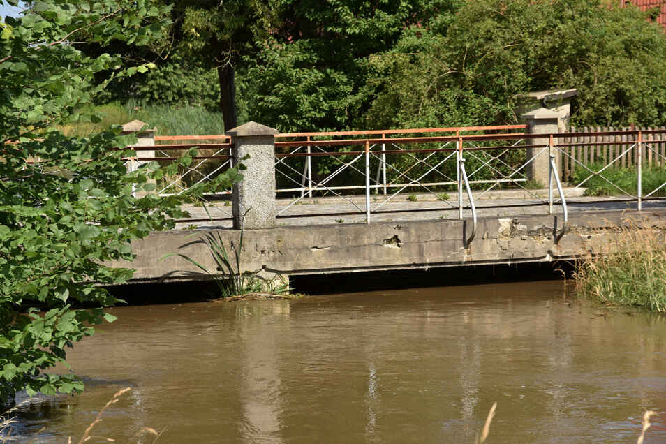 In Groß Särchen wurde die Situation am Hoyerswerdaer Schwarzwasser kritisch für einige Häuser am Anger und Im Flusswinkel, hier die Brücke im Verlauf der Wittichenauer Straße.