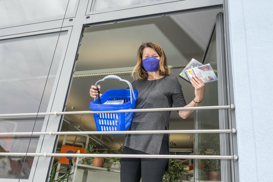 Schon während der Schließung im April gab es in Riesas Bibliothek einen Ausleihservice am Fenster. Auch jetzt ist wieder eine mehrwöchige Schließung angesagt. Medien sind dennoch zu bekommen.