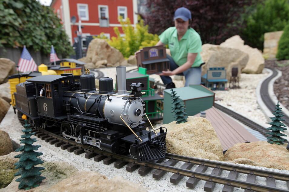 Die Eisenbahnwelten in Rathen haben den Lockdown genutzt, um neue Attraktionen zu schaffen. Im Amerika-Bereich rollt nun eine US-Dampflokomotive, die 6 B-3-C Colorado & Southern.