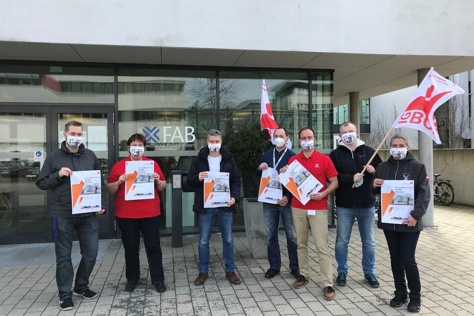 Vor dem Eingang zur X-Fab in Dresden: Beschäftigte und Vertreter der Gewerkschaft IG BCE freuen sich über den ersten Tarifabschluss für das Mikrochipwerk mit 500 Beschäftigten.