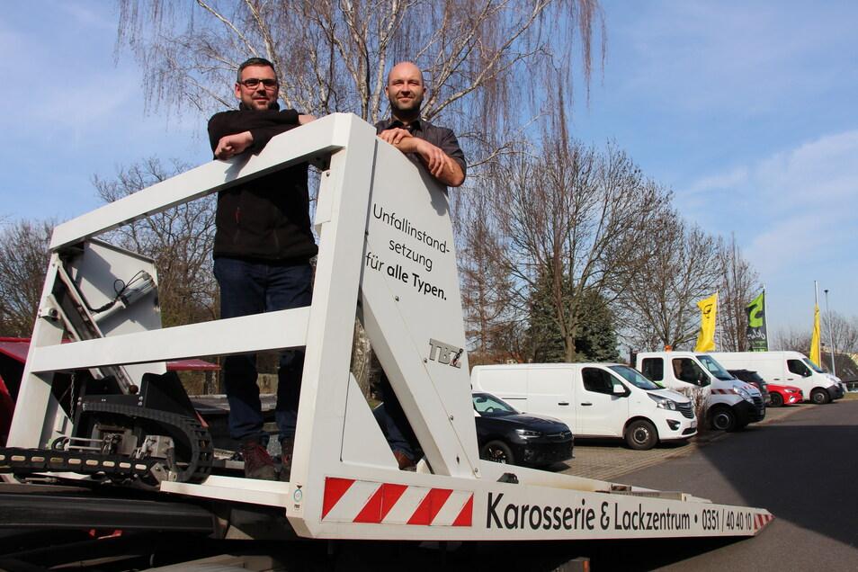 Helfen, wenn es ernst wird: Andreas Thon, Serviceverantwortlicher aus dem Autohaus in Klotzsche (l.) und Dirk Römer, Service- und Karosseriespezialist vom Standort in Kaitz.