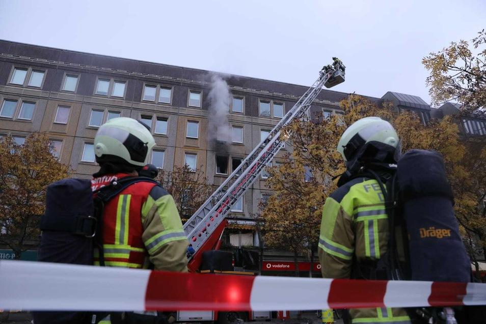 Die Dresdner Feuerwehr löscht einen Küchenbrand in einem Mehrfamilienhaus am Albertplatz. Zwei Einsatzkräfte wurden verletzt.