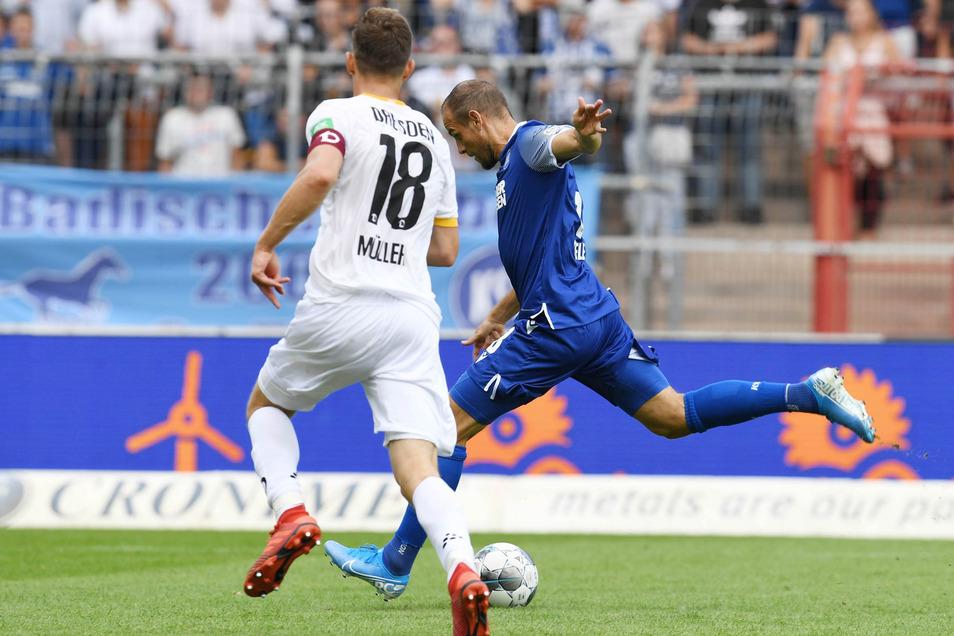 Der Karlsruher Manuel Stiefler (r.) kurz vor dem Treffer zum 4:1., links Jannik Müller  von der SG Dynamo.