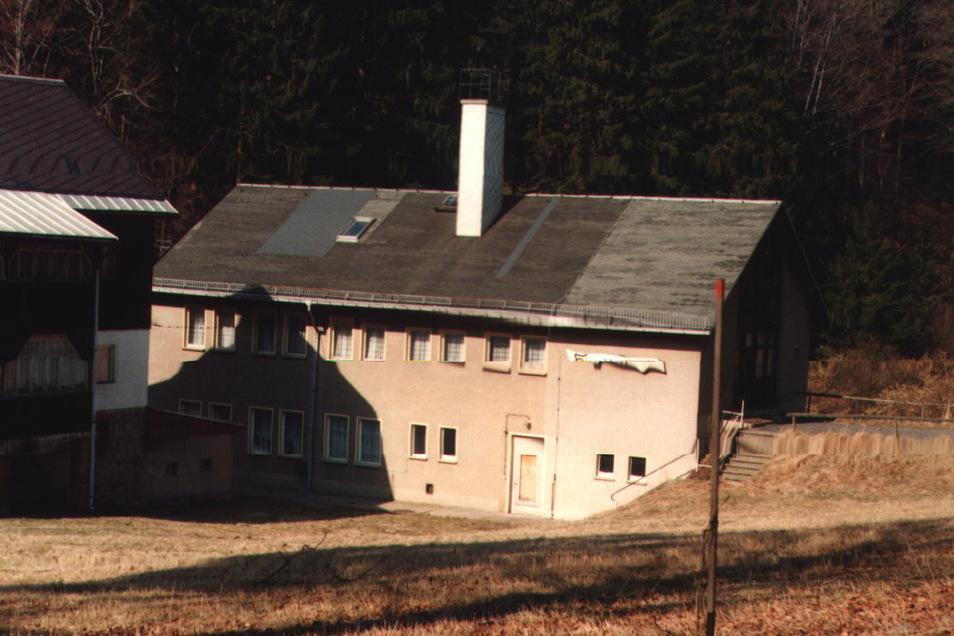 Die Hirschkopfbaude um 1996. Der Ferienbetrieb war bereits eingestellt.