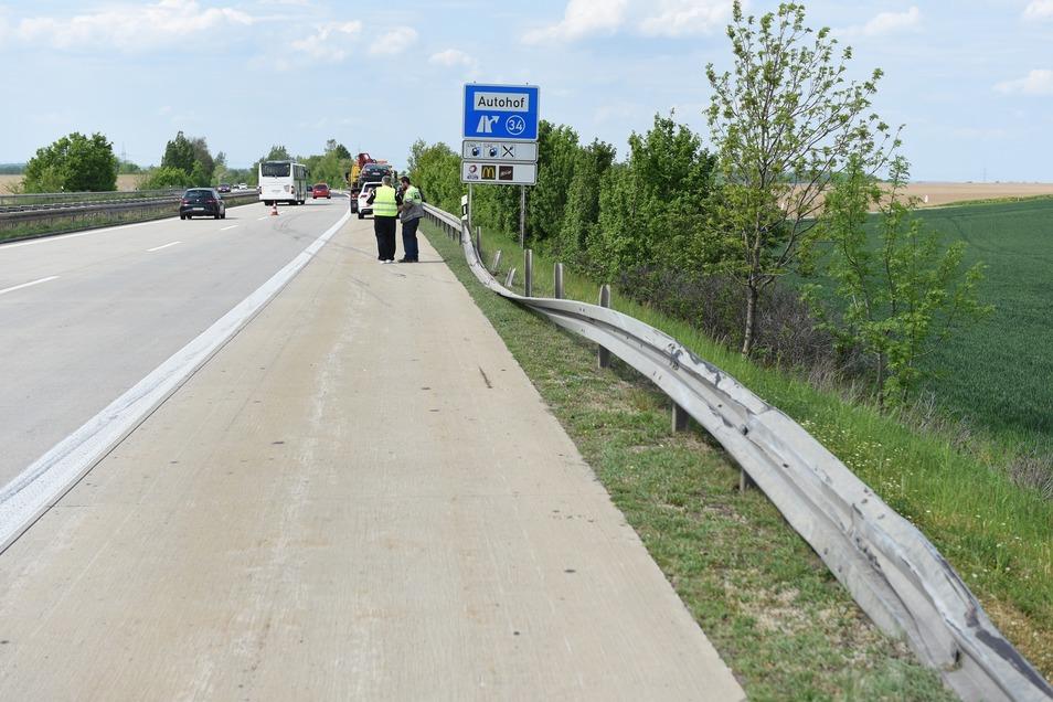 Die Leitplanke wurde bei dem Unfall beschädigt. Insgesamt liegt der Sachschaden im vierstelligen Bereich.