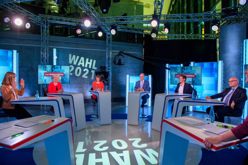 Die Spitzenkandidaten der Parteien für die Landtagswahl 2021 in Sachsen-Anhalt sitzen bei einer Debatte im Studio der MDR-Wahl-Arena.