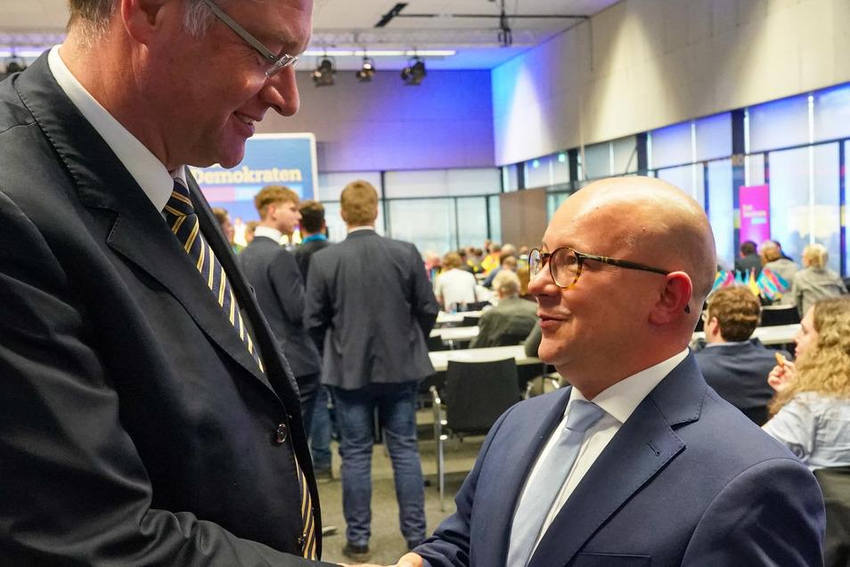 Frank Müller-Rosentritt (r), neuer Landesvorsitzender der FDP Sachsen, wird nach seiner Wahl auf dem 51. Landesparteitag von seinem Amtsvorgänger Holger Zastrow beglückwünscht.