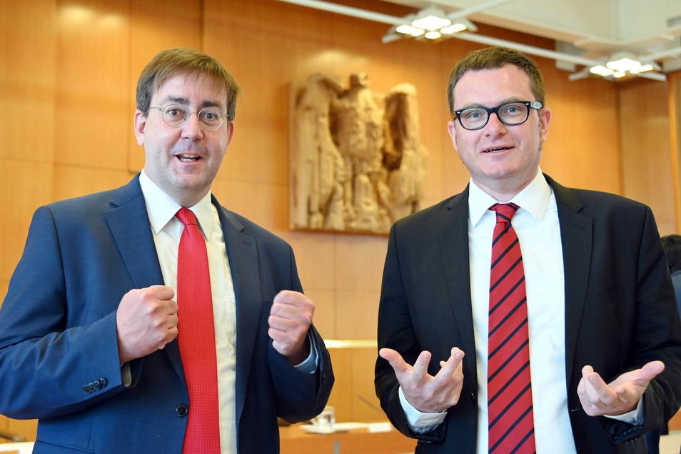 Christian Mihr (l), Geschäftsführer von Reporter ohne Grenzen, und Ulf Buermeyer, Vorsitzender der Gesellschaft für Freiheitsrechte, im BVG in Karlsruhe. Laut dem Urteil verstößt die Ausland-Fernmeldeaufklärung nach dem BND-Gesetz in derzeitiger Form gege