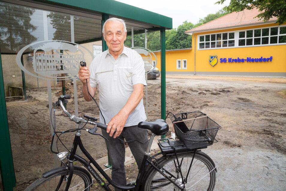 Klaus Gerstenberger aus Kreba findet die geplante Ladestation für E-Bikes an der Sporthalle nützlich für die Besucher sowie die Nutzer des Radweges. Die Überdachung für Fahrradständer und Ladesäule hat die Gemeinde bereits geschaffen.
