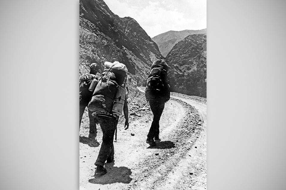 So weit die Füße tragen: Mit vollgestopften Kraxen marschieren die Sachsen 1982 durch das Schingtal in Tadschikistans Fanbergen.