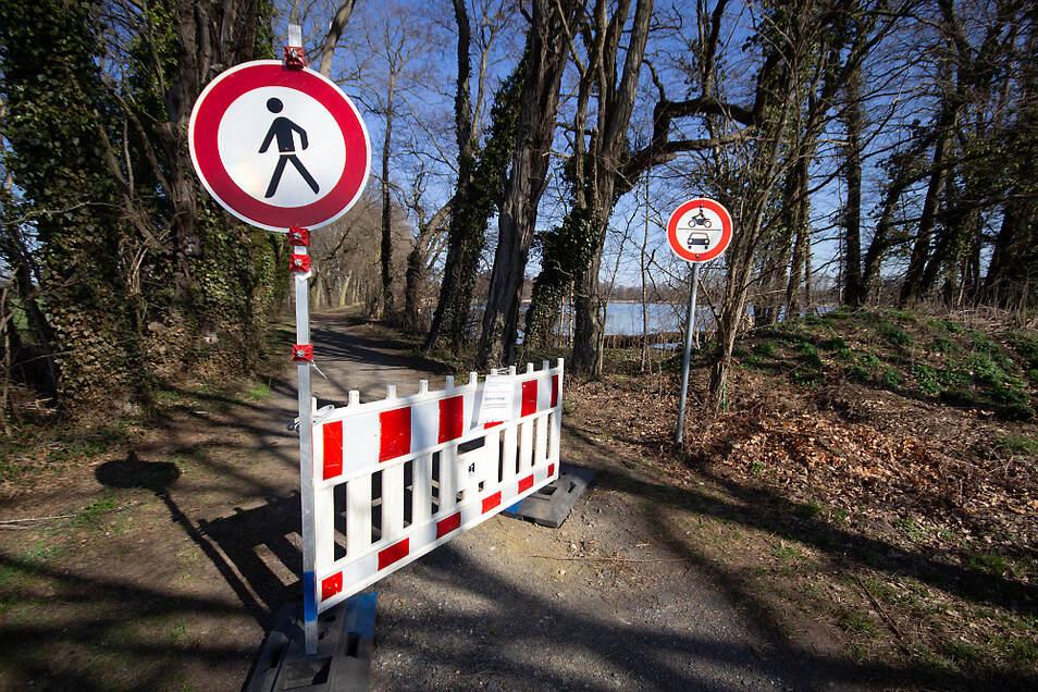 Per Absperrung und Verbotsschildern sollen Fußgänger und Fahrzeugführer davon abgehalten werden, den Weg am Wiednitzer Großteich zu benutzen.