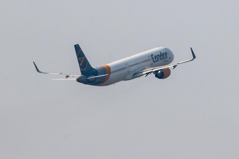 Eine Condor-Maschine startet vom Flughafen Leipzig/Halle.
