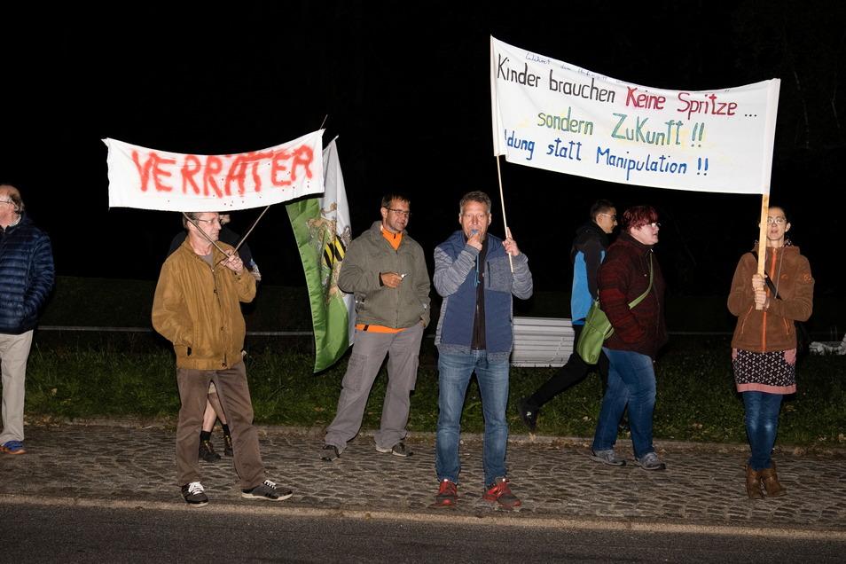 Demonstranten gegen die CDU vor der Landskron Brauerei in Görlitz: Sie machten gegen angeblich eingeschränkte Grundrechte mobil.