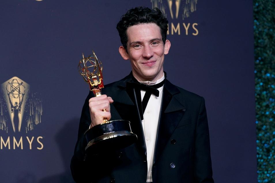 """Josh O'Connor, Gewinner des Preises für den herausragenden Hauptdarsteller in einer Dramaserie für """"The Crown"""""""