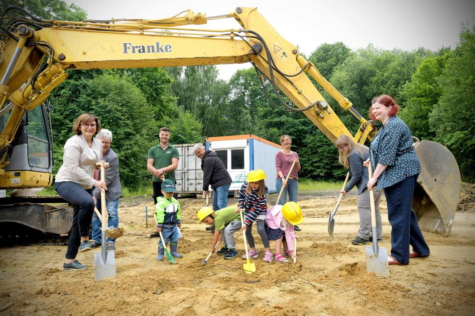 Vertreter von der Gemeinde Großschönau und der Johanniter-Hilfe als Kita-Träger haben mit Kindern den ersten Spatenstich vorgenommen.