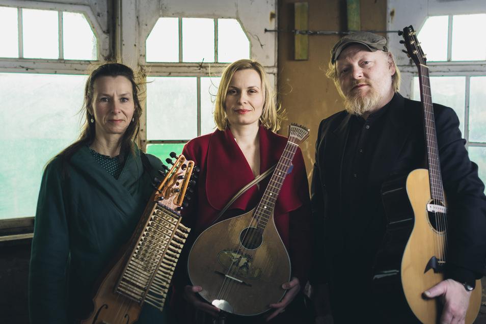 Das Trio Tworna holt alte Volkslieder in die Gegenwart (von links): Caterina Other, Jessica Jäckel und Frieder Zimmermann.