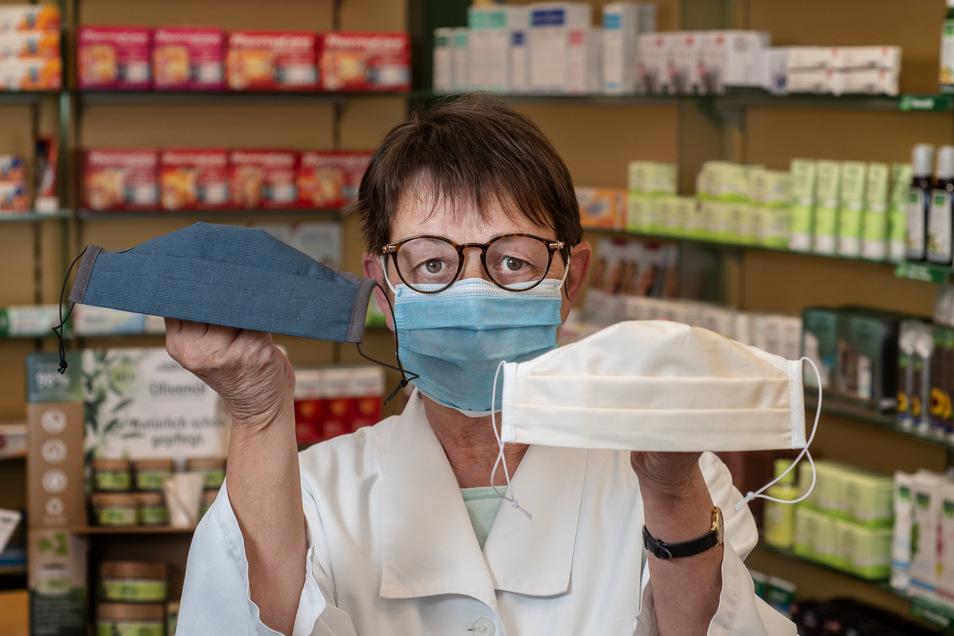 Monika Koch bietet in der Park-Apotheke Hartha Mundschutz und genähte Schutzmasken an.