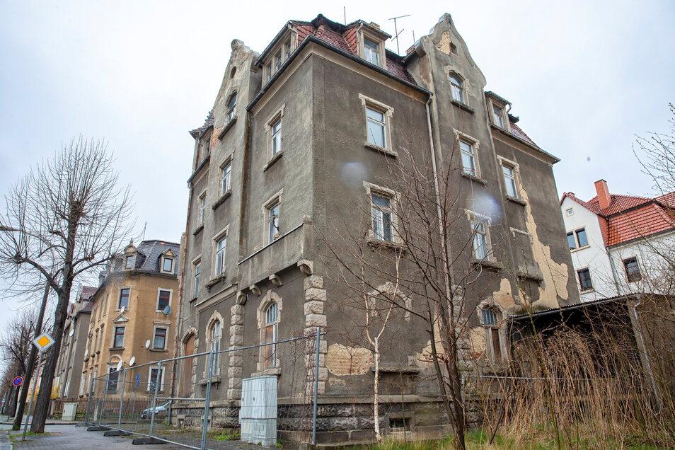 Auf der Breitscheidstraße gibt es an manchen Häusern noch viel zu tun.