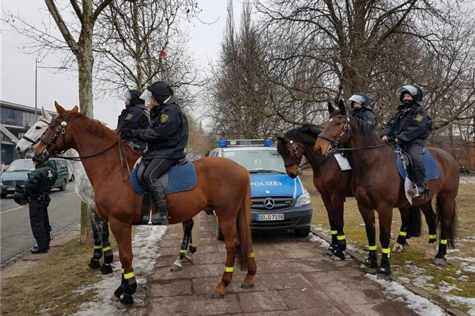 Die Polizei war zwar mit einer Reiterstaffel vor der Marienbrücke, räumte die Sitzblockade aber nicht.
