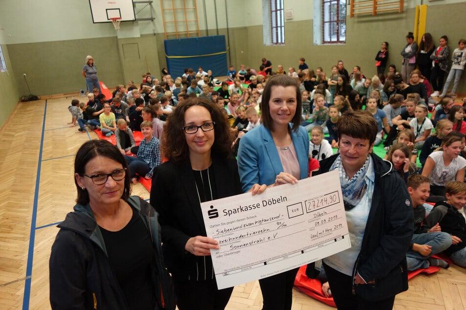 Katrin Niekrawietz (l.) und Ursula Kührig (r.) vom Lessing-Gymnasium haben den Spendenscheck an Antje Herrmann (2.v.l.) und Diana Uhlemann vom Verein Sonnenstrahl übergeben.