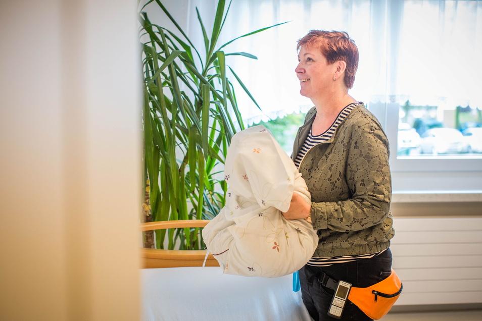 Letzte Handgriffe vor der Eröffnung: Kerstin Leuteritz wird die Tagespflege leiten.