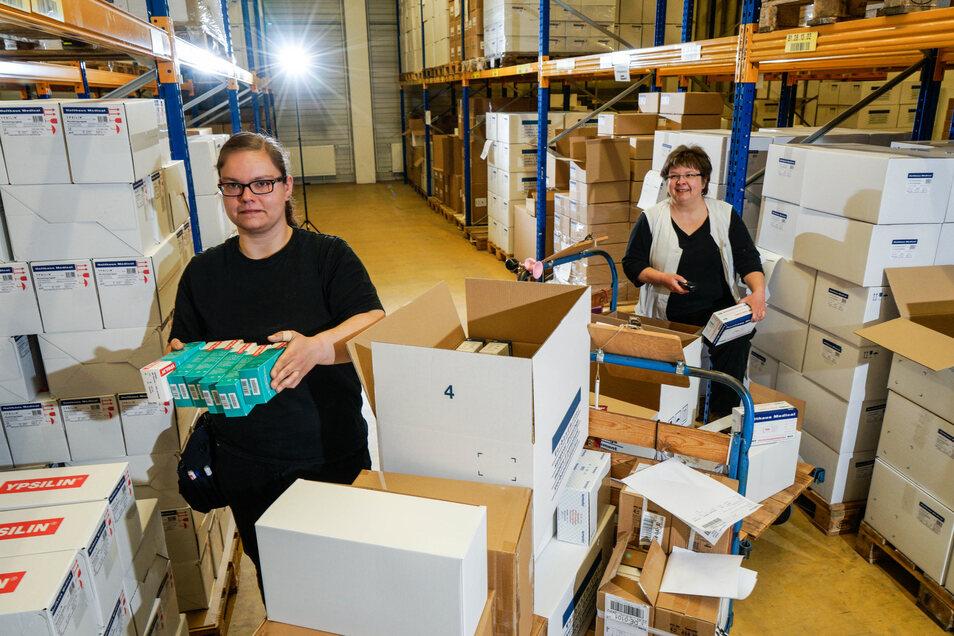 Madlen Schuster (l.) und Anke Behr stellen im modernen Hochregallager der Firma Temedia in Bischofswerda Lieferungen für Kunden zusammen. Die Firma stellt Verbandsmaterial her.