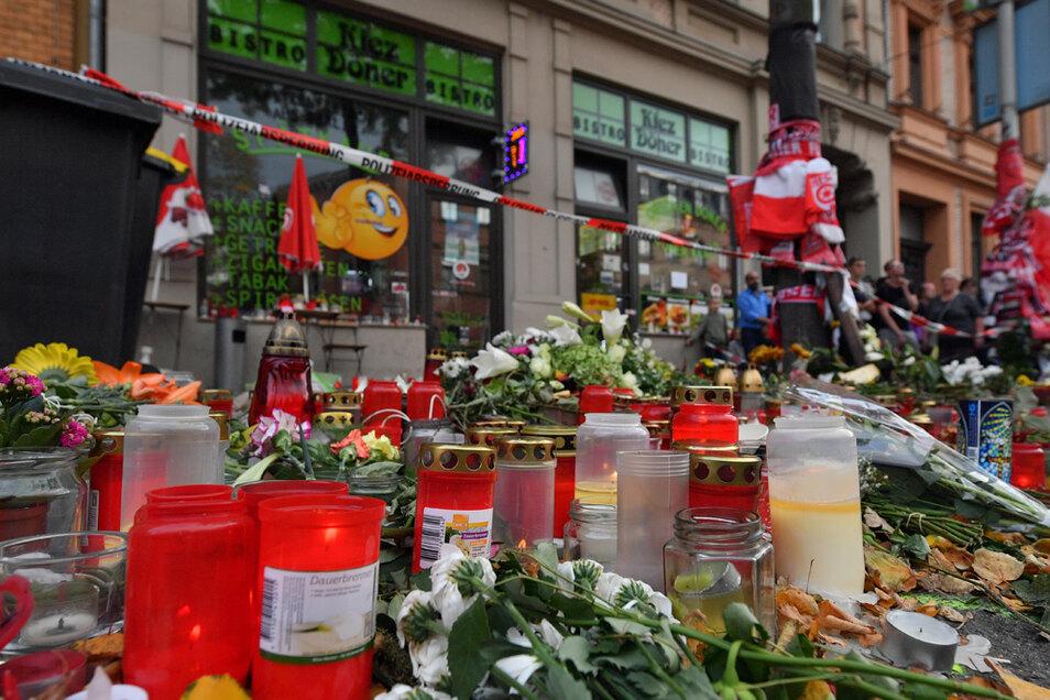 Blumen und Kerzen erinnern vor dem Kiez Döner in Halle an die Opfer eines rechtsextremen Anschlags.
