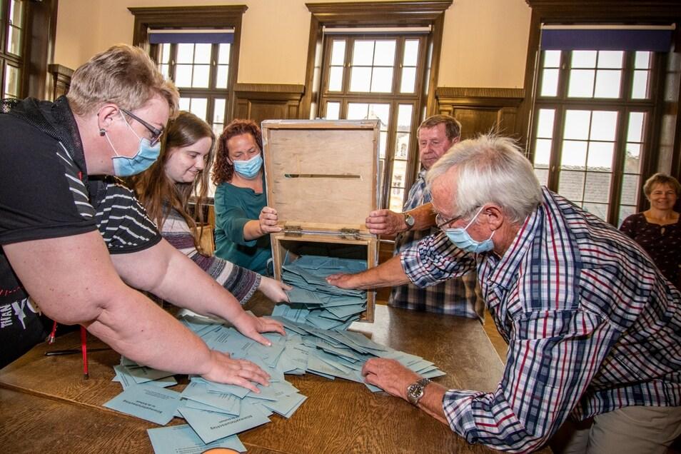 Im Rathaus Döbeln beginnt im Großen Sitzungssaal die Auszählung der ersten Stimmen. Darunter befinden sich auch mehrere Wahlvorstände, die sich um eingereichte Briefwahl-Umschläge kümmern.
